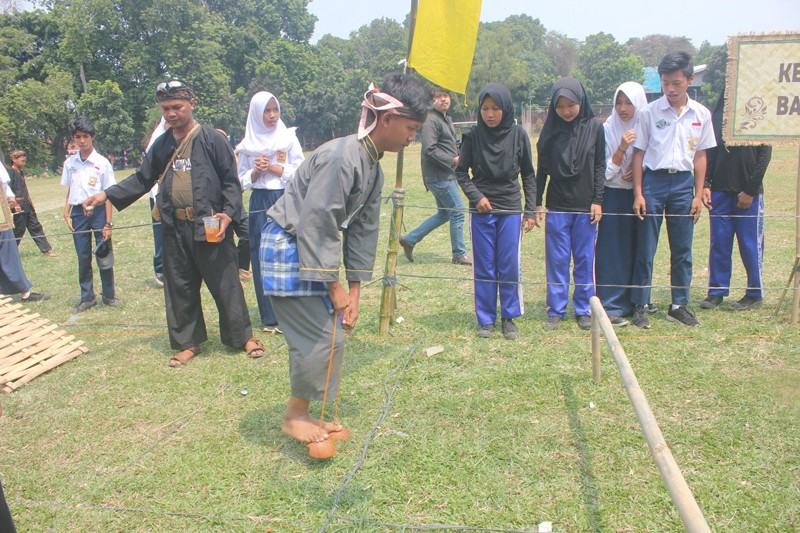 A 'kelom batok' (coconut shell sandals) competition at the Festival Kaulinan Urang Bogor, or Bogor Traditional Games Festival at GOR Pajajaran Bogor on Aug. 29.