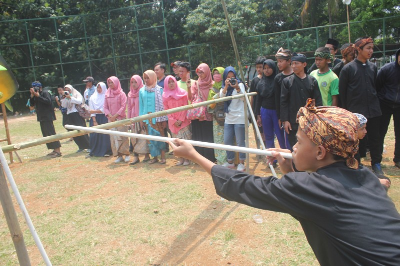 A student participates in a 'sumpit' game at the Festival Kaulinan Urang Bogor, or Bogor Traditional Games Festival at GOR Pajajaran Bogor on Aug. 29.