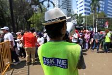 A steward helps the crowd using a loudspeaker in Jakarta. JP/Seto Wardhana