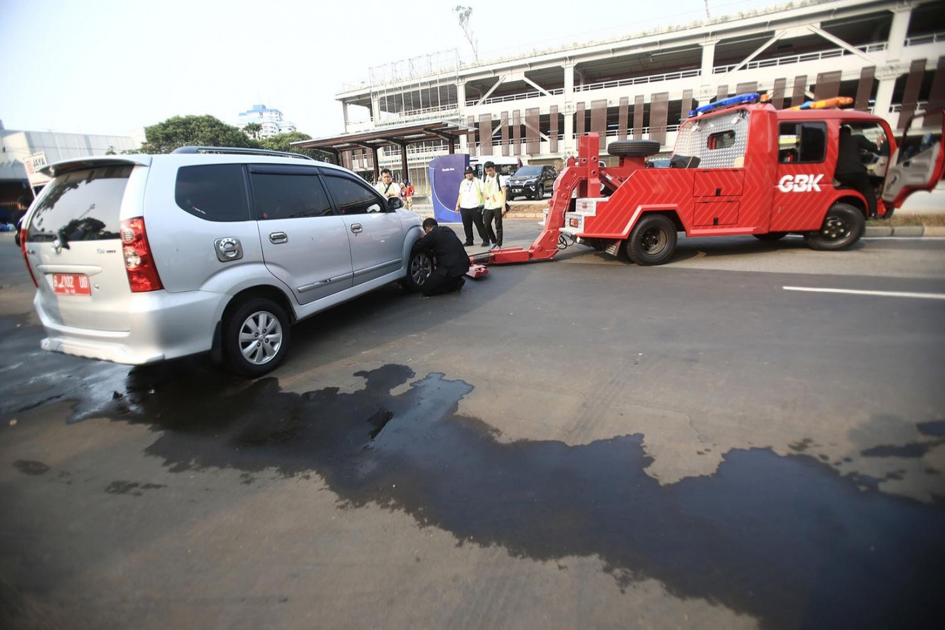 A towing car gives service to a troubled car in Jakarta. JP/Dhoni Setiawan
