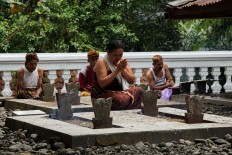Connecting with the past: Bonokeling tribal community members pray at the Kyai Bonokeling cemetery, which houses the remains of their ancestors. JP/Kukuh Sukmana Hasan Surya