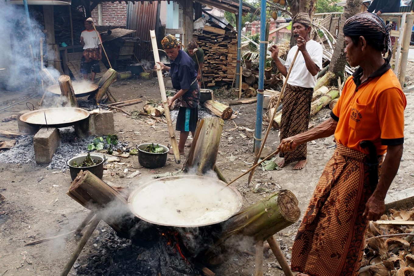 Masterchefs: Male members of the Bonokeling tribal community are in charge of cooking the traditional goat goulash known as becek. JP/Kukuh Sukmana Hasan Surya