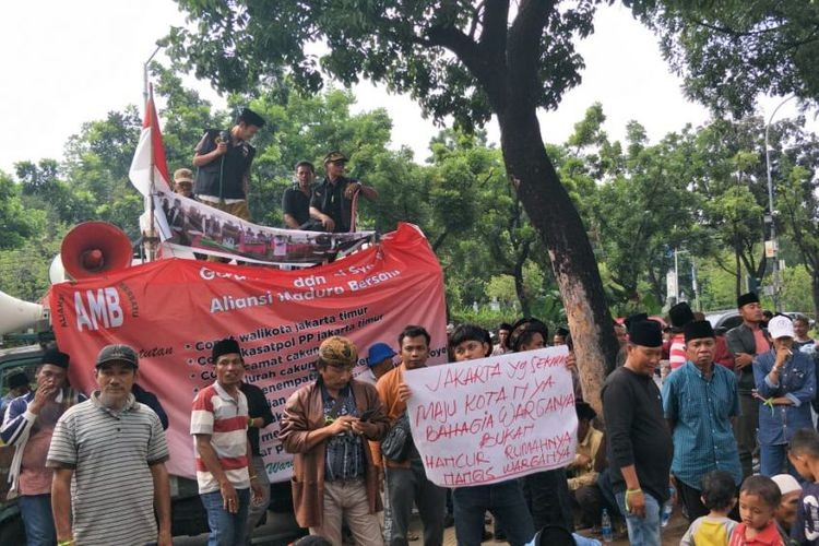 East Jakarta residents rally against eviction at City Hall