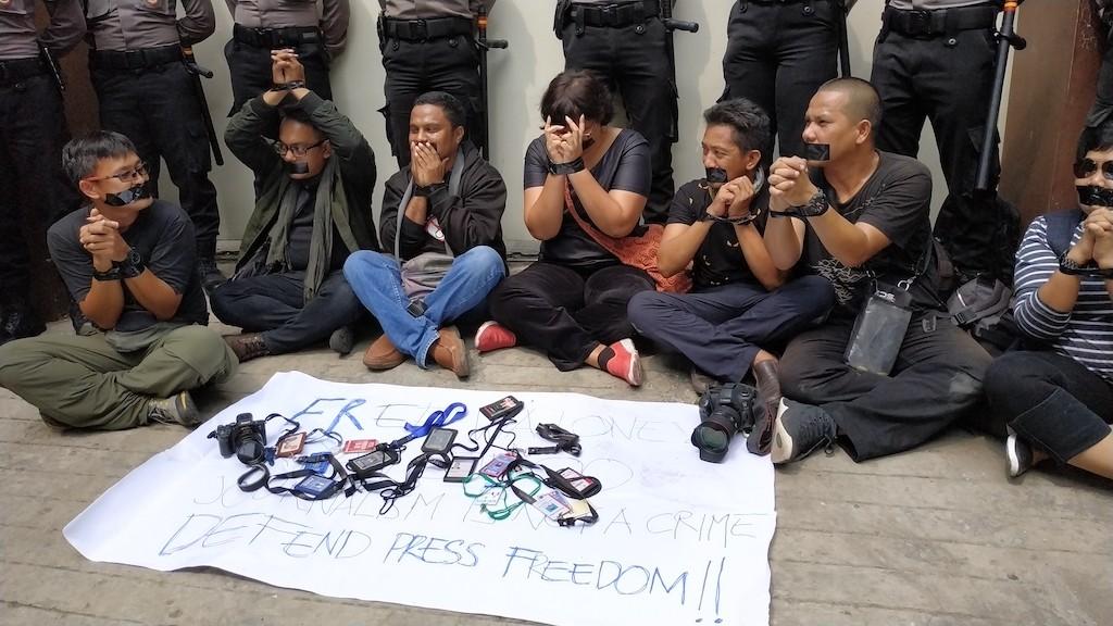 Indonesian journalists demand release of Reuters journos