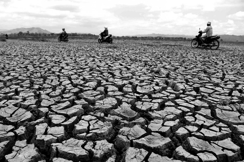 Motorists can ride their motorbikes through the broken land in the Gajah Mungkur dam. JP/Maksum Nur Fauzan