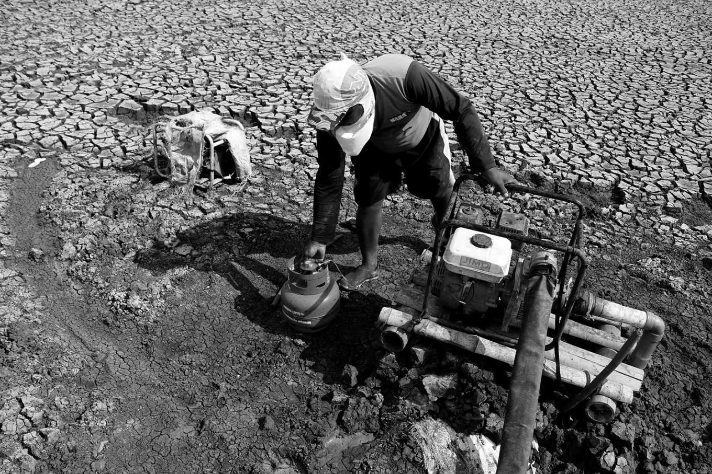 A farmer starts a water pump. JP/Maksum Nur Fauzan