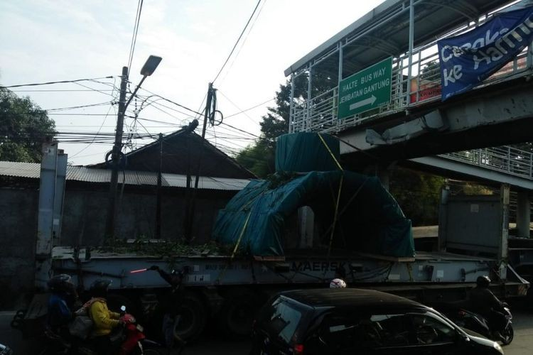 Truck gets stuck on damaged West Jakarta footbridge