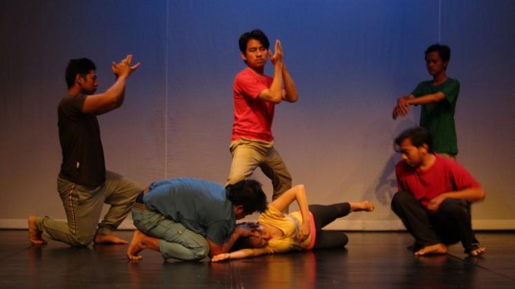 Actors interpret Gunawan Maryanto's poetry in 'Sakuntala'.