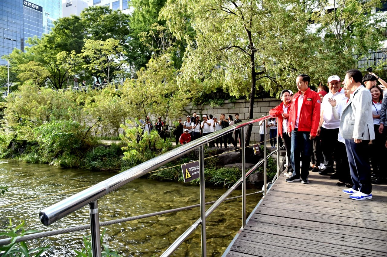 Jokowi: Ciliwung River could be as clean as Seoul's Cheonggyecheon