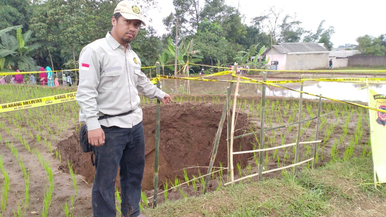 Mystery behind hole in rice field in Sukabumi revealed