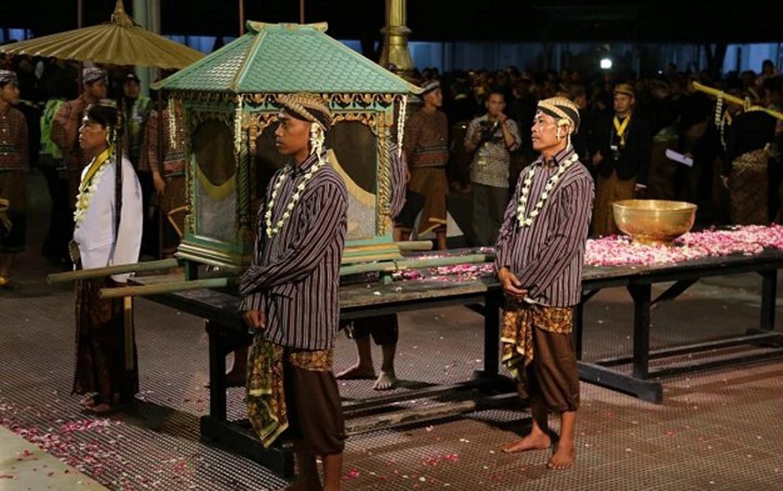 Heirlooms of Surakarta's Mangkunegara Palace are prepared for the 'jamasan' (washing) procession.