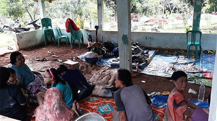 Residents of Pejaten Timur in South Jakarta take shelter to a nearby cemetery after their houses were flooded in February this year.