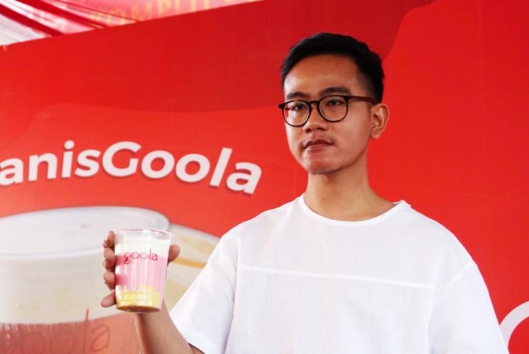Gibran Rakabuming Raka holds his favorite 'es doger jeger' during the grand opening of Goola on  Sept. 16 in Cikini, Central Jakarta.