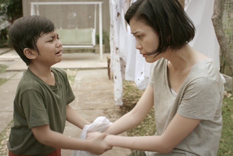 Jodi, played by Muzakki Ramdhan, (left) and Murni (Marissa Anita) in one of the scenes in 'Folkore: A Mother's Love'.
