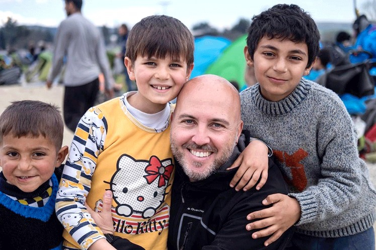 Right there: Photographer Aleix Oriol Vergés poses with refugee children in Idomeni, Greece, where many refugees tried to cross the border into Macedonia ( 2016 ).