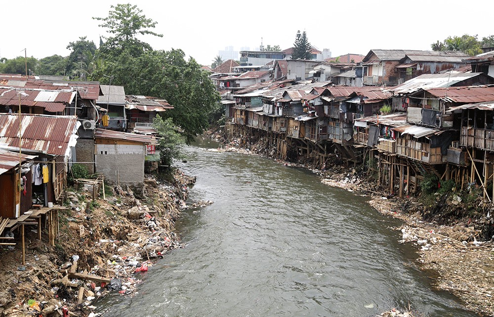 Ciliwung riverbank residents in South Jakarta expand living space with piles of stones