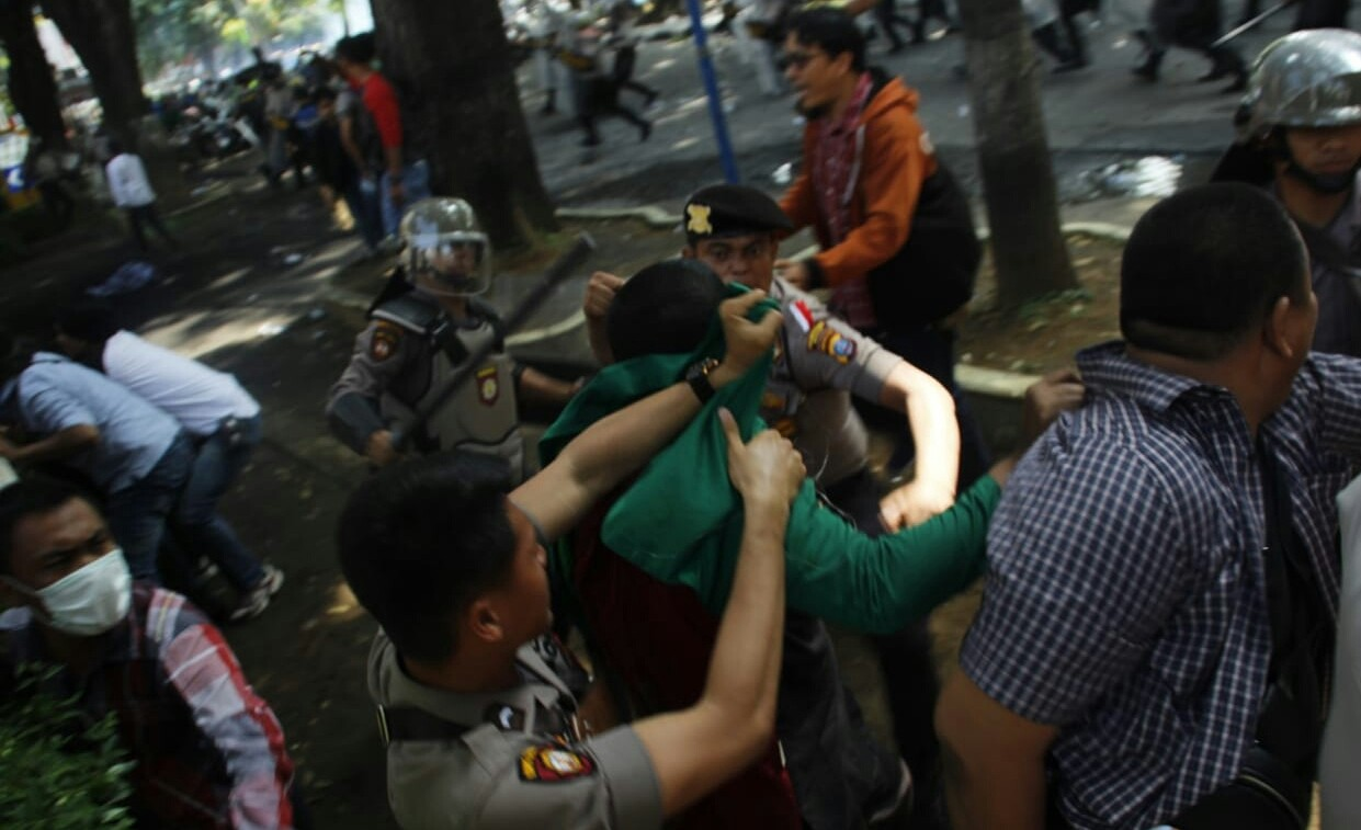 Two arrested, 10 injured in clash between students, Jokowi supporters