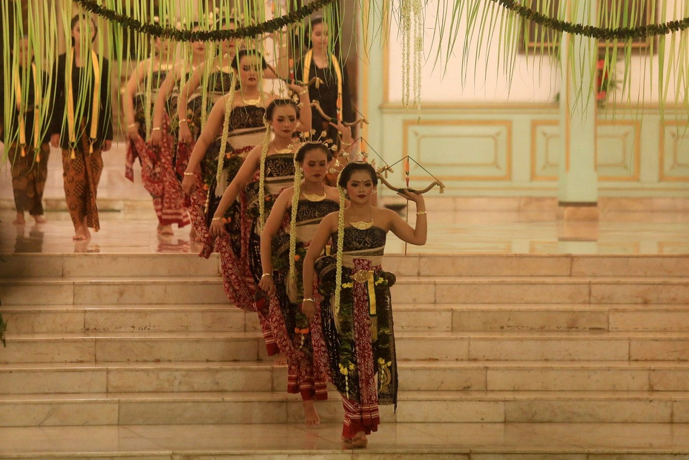 The dance, performed by seven female dancers, combines fragility with a demonstration of women soldiers' superiority at using arrows as their weapon.