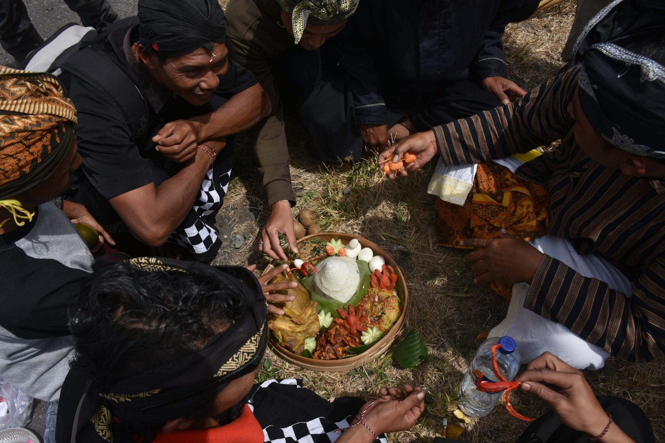 Residents who observe alarung sesajiritual enjoy offerings that were not delivered to the lake crater, hoping that they will receive blessings.
