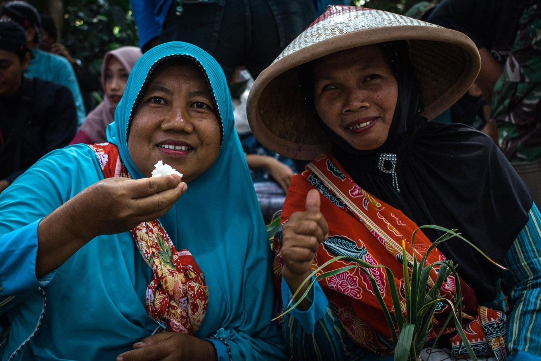 Two villagers enjoy eating together. JP/Anggertimur Lanang Tinarbuko