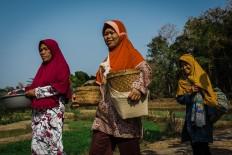 Villagers, carrying food in their baskets, walk to the Wonosadi customary forest. JP/Anggertimur Lanang Tinarbuko