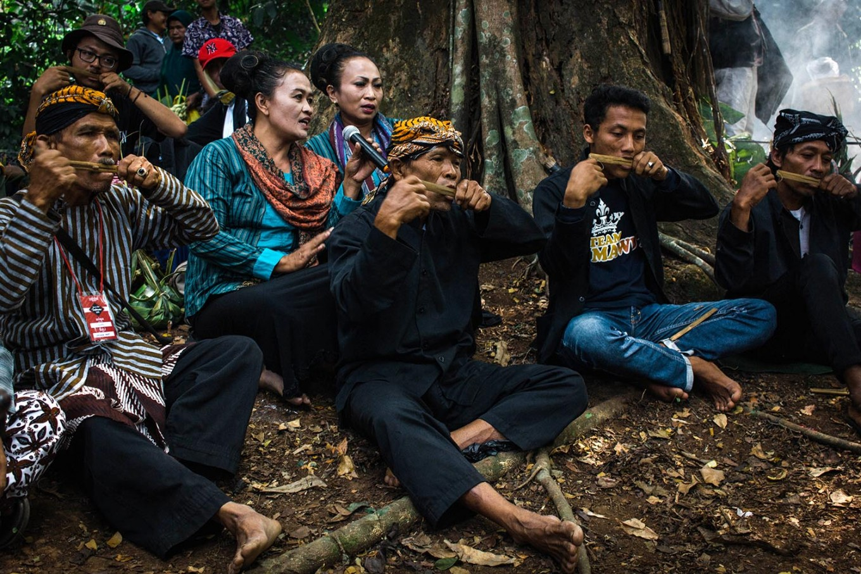 Prayers are accompanied by the rinding gumbeng (a traditional musical instrument made of bamboo). JP/Anggertimur Lanang Tinarbuko