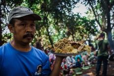 A villager carries food. JP/Anggertimur Lanang Tinarbuko