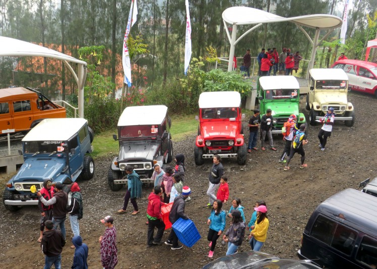 Residents who work as jeep tour providers compete in the Jeep Competition.