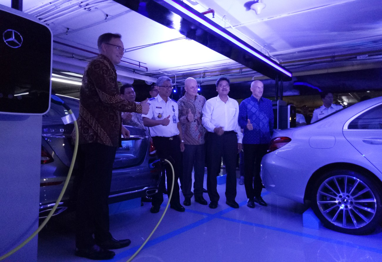 Mercedes-Benz unveils charging stations at Plaza Indonesia