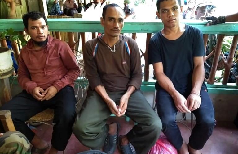IS-linked militants kidnap 10 fishermen off Borneo