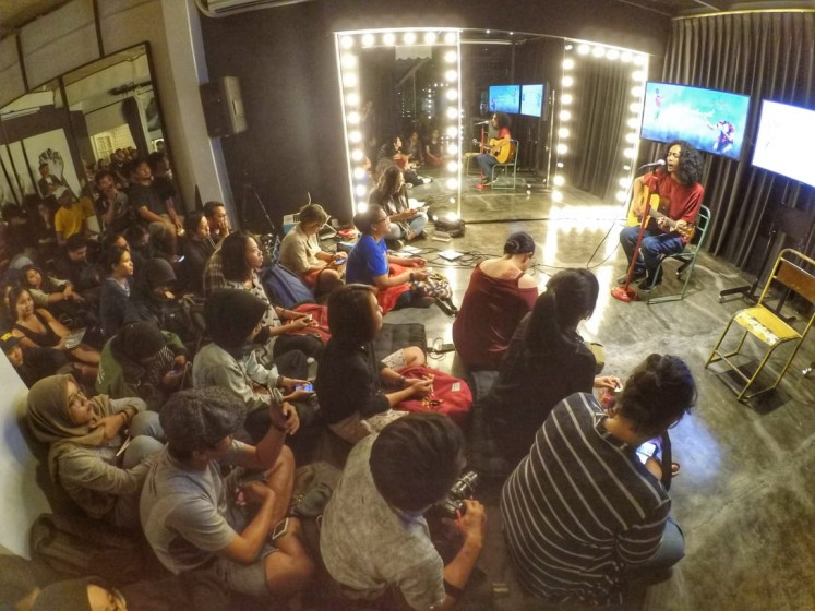 Fajar Merah performs a song at Ruang Selatan, Jakarta.