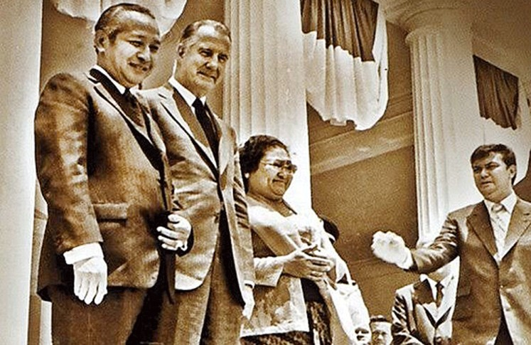 This way please: Joop (right), as the head of the Presidential Palace staff, provides directives for First Lady Tien Soeharto (second right) and president Soeharto (left).