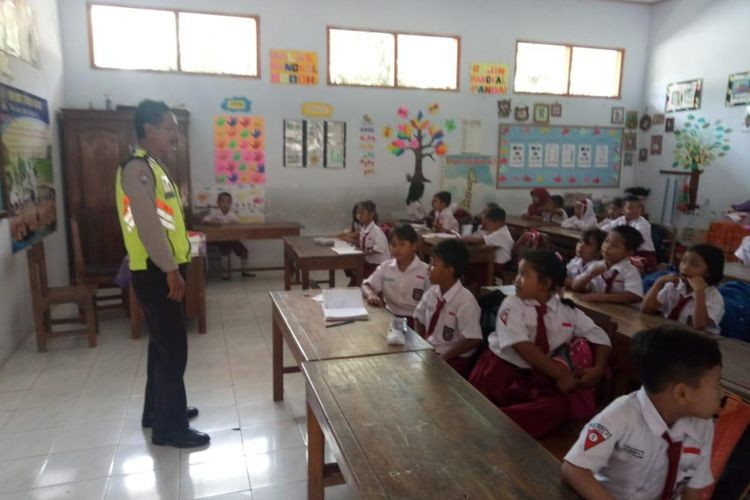 Blitar police take over classrooms as teachers go on strike