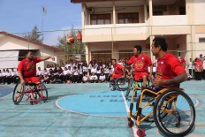 National basketball players show off their skills during a wheelchair basketball session at SMP 1 state junior high school in Surakarta. JP/Maksum Nur Fauzan