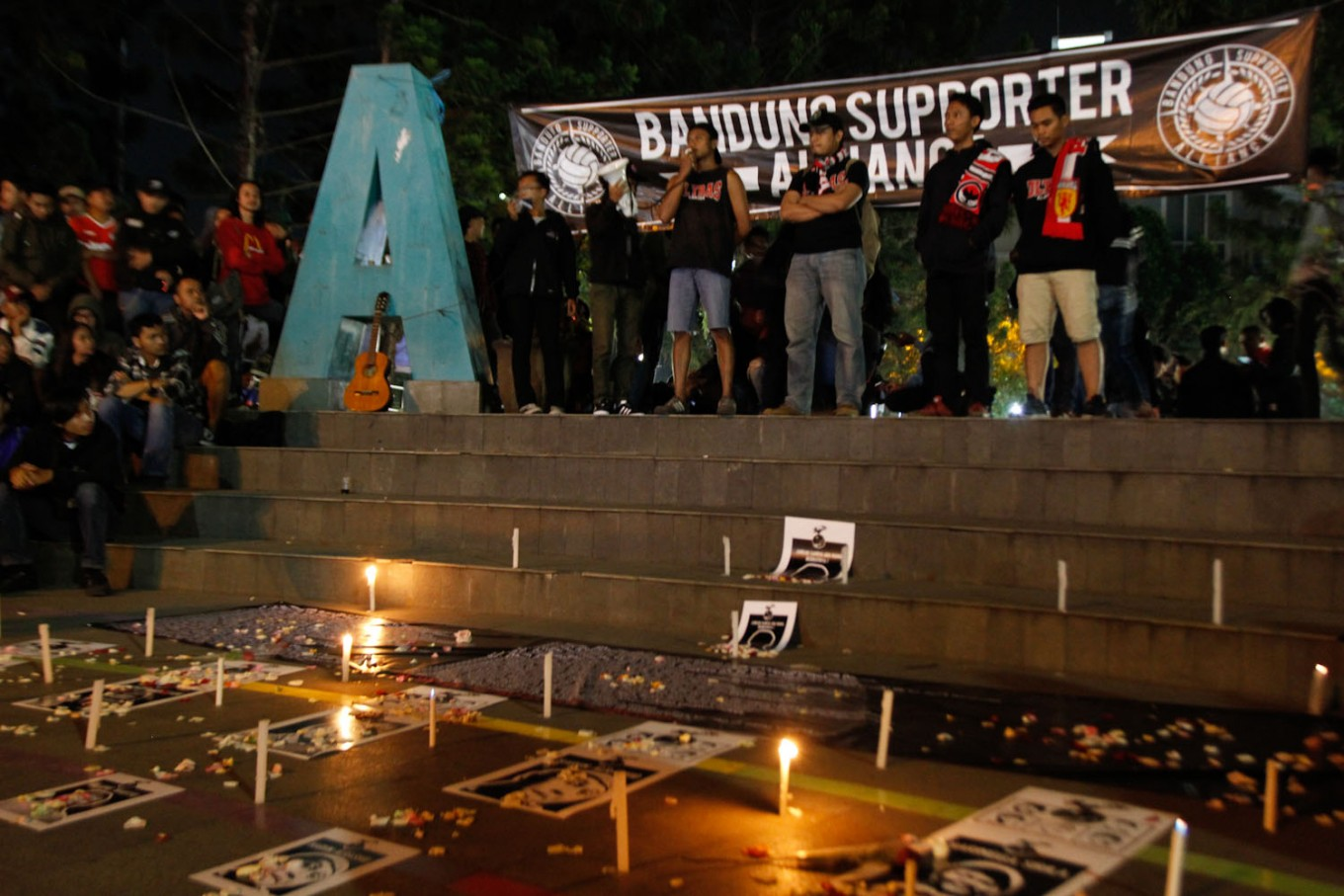 Hundreds of Persib supporters pray for Haringga, other victims