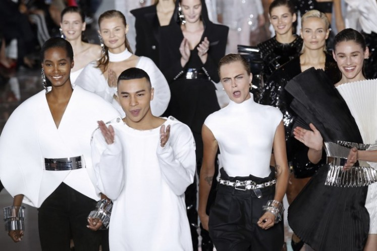 Fashion designer for Balmain, Olivier Rousteing (C) acknowledges the audience with the models including British model Cara Delevingne (2ndR), at the end of the Balmain Spring-Summer 2019 Ready-to-Wear collection fashion show in Paris, on September 28, 2018.
