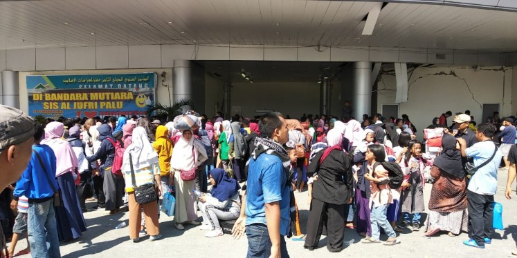 Earthquake survivors in Palu, Central Sulawesi, crowd Mutiara Sis Al Jufri Airport in Palu in a desperate attempt to leave the devastated area on Monday.