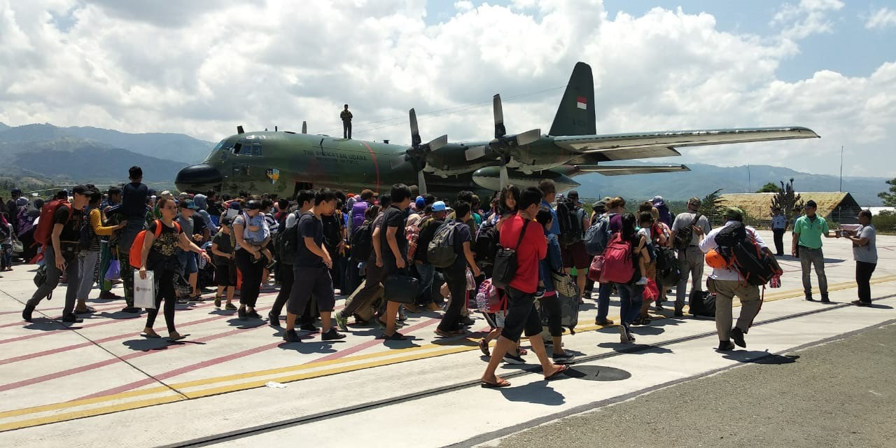 Hundreds of survivors of an earthquake in Palu, Central Sulawesi, including foreigners, climb the Hercules aircraft belonging to the Indonesian Air Force on Monday, three days after a 7.4-magnitude earthquake hit the region. The plane was heading to Makassar in South Sulawesi. JP/ Andi Hajramurni