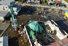 A collapsed mosque is picrtured in Palu, Indonesia's Central Sulawesi on October 1, 2018. The death toll from the Indonesian quake-tsunami nearly doubled to 832 but was expected to rise further after a disaster that has left the island of Sulawesi reeling. AFP/ Jewel Samad