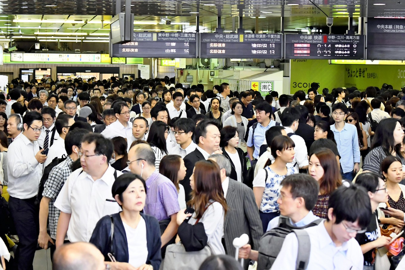 Powerful typhoon causes chaos among commuters in Tokyo