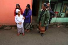 Salwa Qoirunisa is accompanied by her family prior to the haircutting ritual. JP/Maksum Nur Fauzan