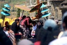 Village elders perform the haircutting ritual at the temple. JP/Maksum Nur Fauzan