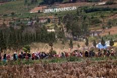 People walk toward Arjuna Temple in Dieng Plateau, Central Java. JP/Maksum Nur Fauzan