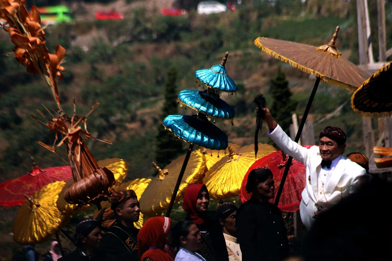 A village elder holds up a lock of matted hair. JP/Maksum Nur Fauzan