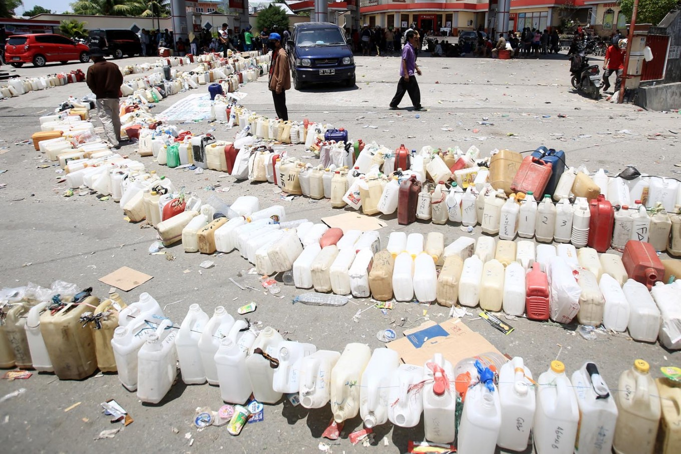Rows of empty plastic containers are lined up at a gas station on Jl. Maluku, Palu, Central Sulawesi on Wednesday, October 3, 2018. State energy firm PT Pertamina has supplied over 11 million liters in the city hit by the quake and tsunami. Pertamina is also supplying fuel from a tanker despatched from Balikpapan, East Kalimantan. JP/Dhoni Setiawan