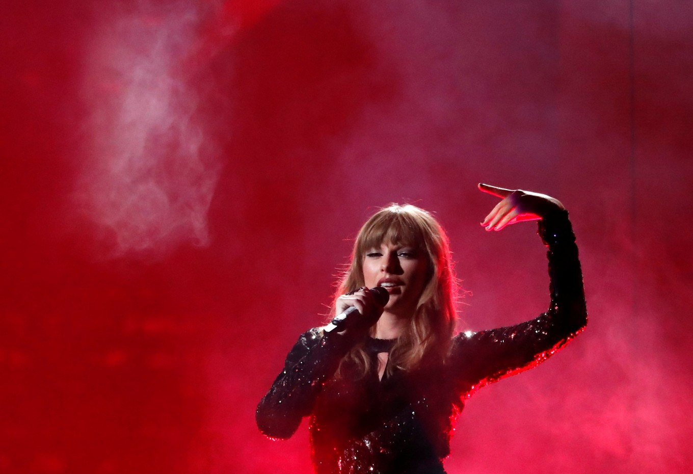 Taylor Swift leaves politics to others at American Music Awards