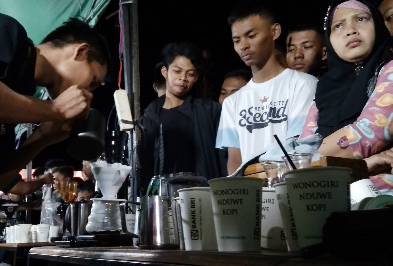 "Residents of Wonogiri enjoy free coffee at the inaugural ""Wonogiri Nduwe Kopi"" (Wonogiri Has Coffee) event on Sept. 30 at Giri Krida Bakti Square in Wonogiri, Central Java."