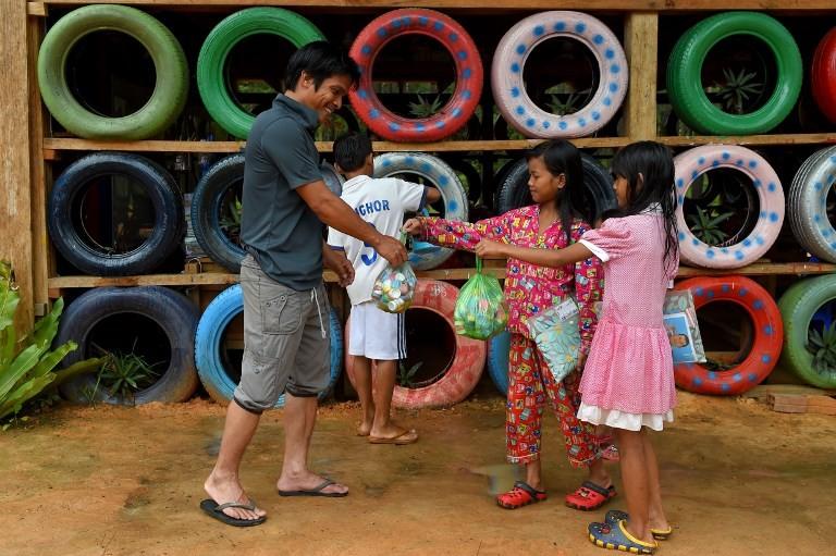 Cambodia's 'Rubbish Man' schools children -- for trash