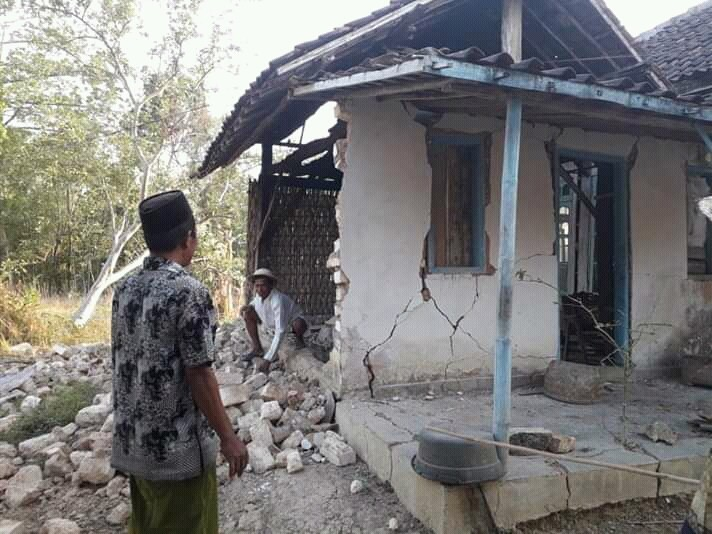 Hundreds of houses collapse on E. Java island after powerful earthquake