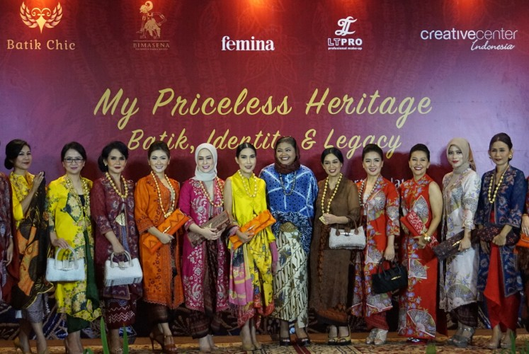 Novita Yunus (center) poses with her friends and models for the fashion show.